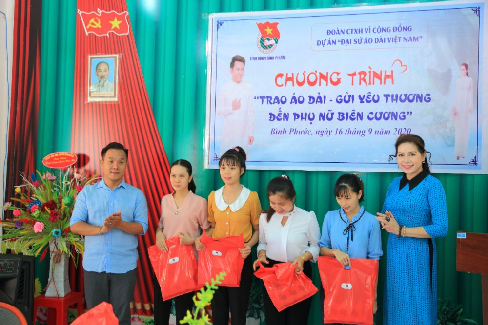1 7 NTK Việt Hùng cùng các nghệ sỹ tặng áo dài cho các cô giáo vùng biên Bình Phước