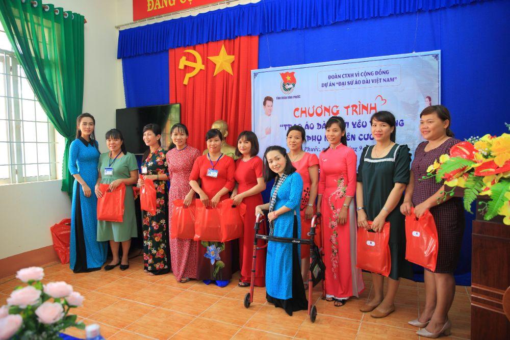 12 3 NTK Việt Hùng cùng các nghệ sỹ tặng áo dài cho các cô giáo vùng biên Bình Phước
