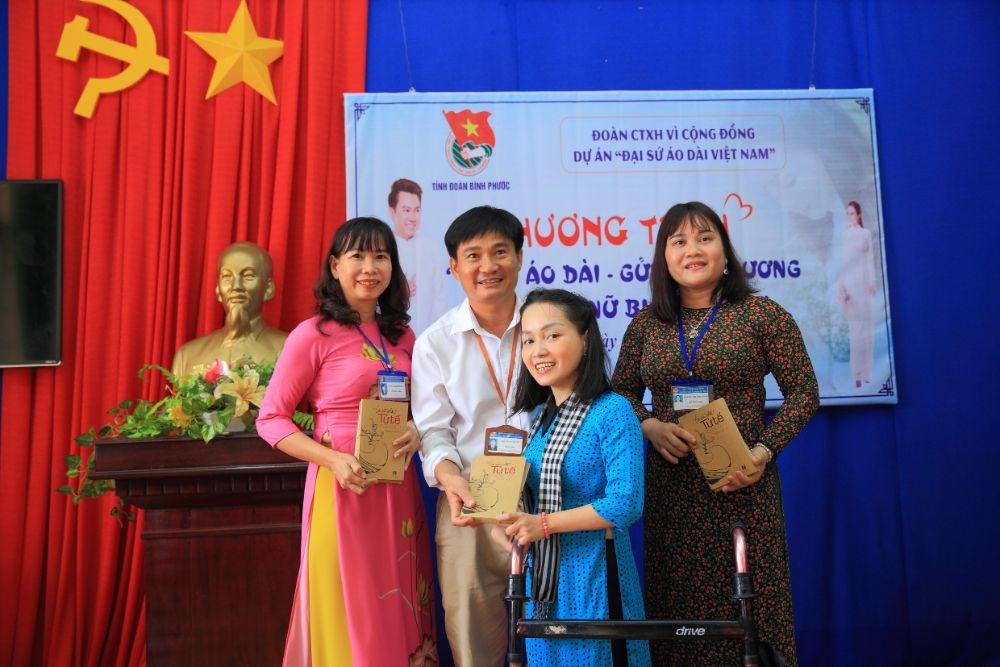 13 4 NTK Việt Hùng cùng các nghệ sỹ tặng áo dài cho các cô giáo vùng biên Bình Phước