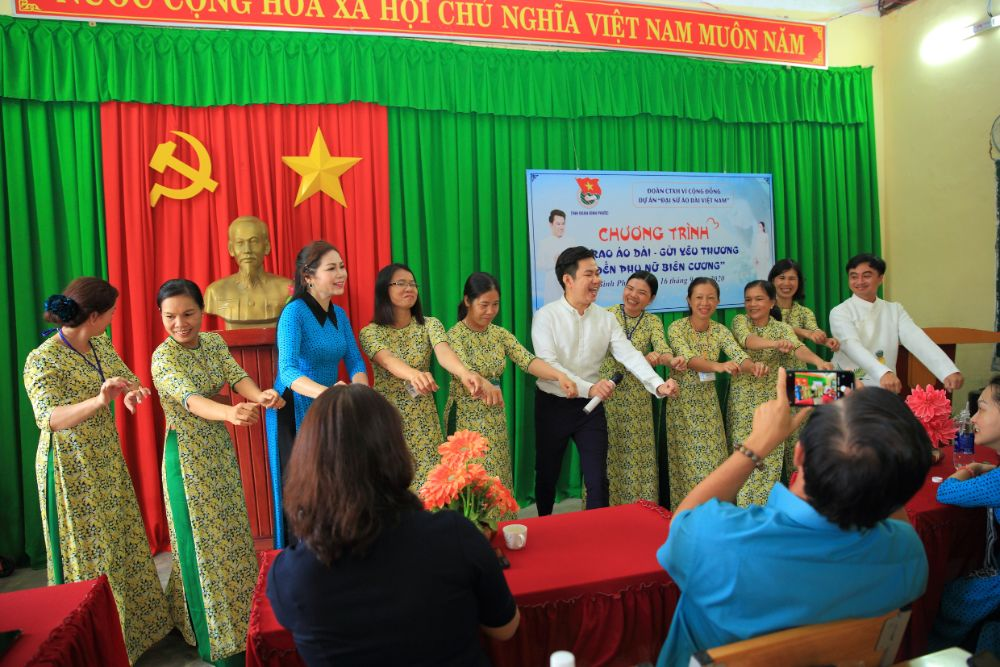 17 3 NTK Việt Hùng cùng các nghệ sỹ tặng áo dài cho các cô giáo vùng biên Bình Phước