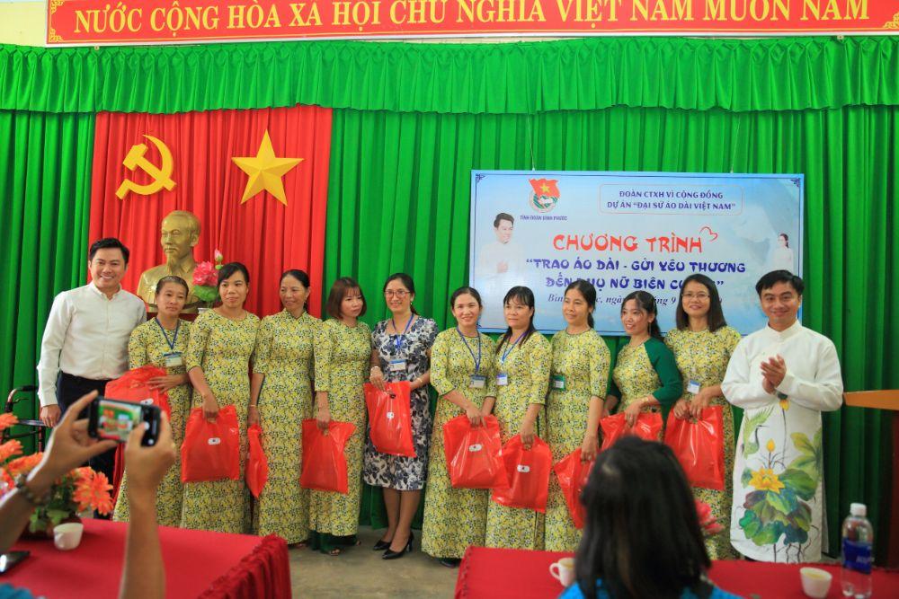 18 3 NTK Việt Hùng cùng các nghệ sỹ tặng áo dài cho các cô giáo vùng biên Bình Phước