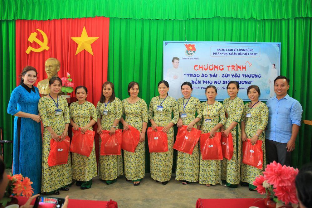 19 2 NTK Việt Hùng cùng các nghệ sỹ tặng áo dài cho các cô giáo vùng biên Bình Phước