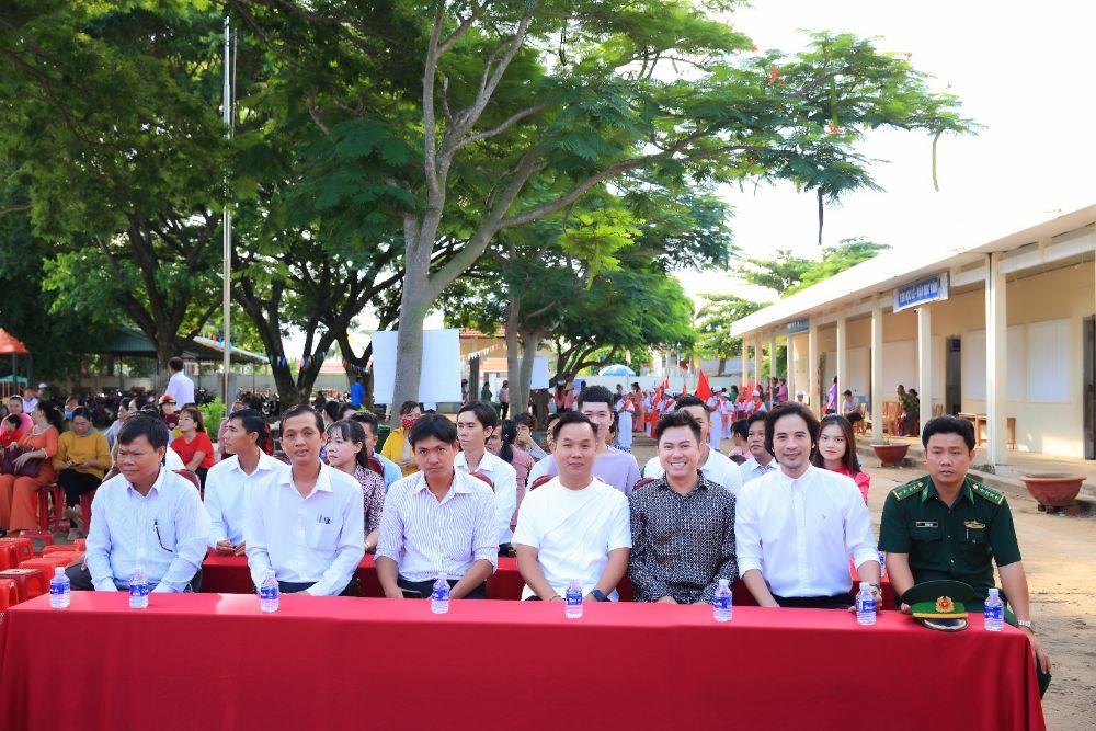 NTK Việt Hùng, NS Quốc Đại, Đoàn Minh Tài, Vũ Linh mang yêu thương về với Bến Tre