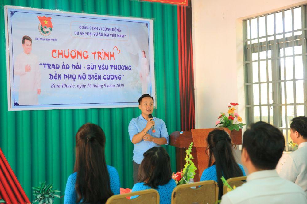 2 8 NTK Việt Hùng cùng các nghệ sỹ tặng áo dài cho các cô giáo vùng biên Bình Phước