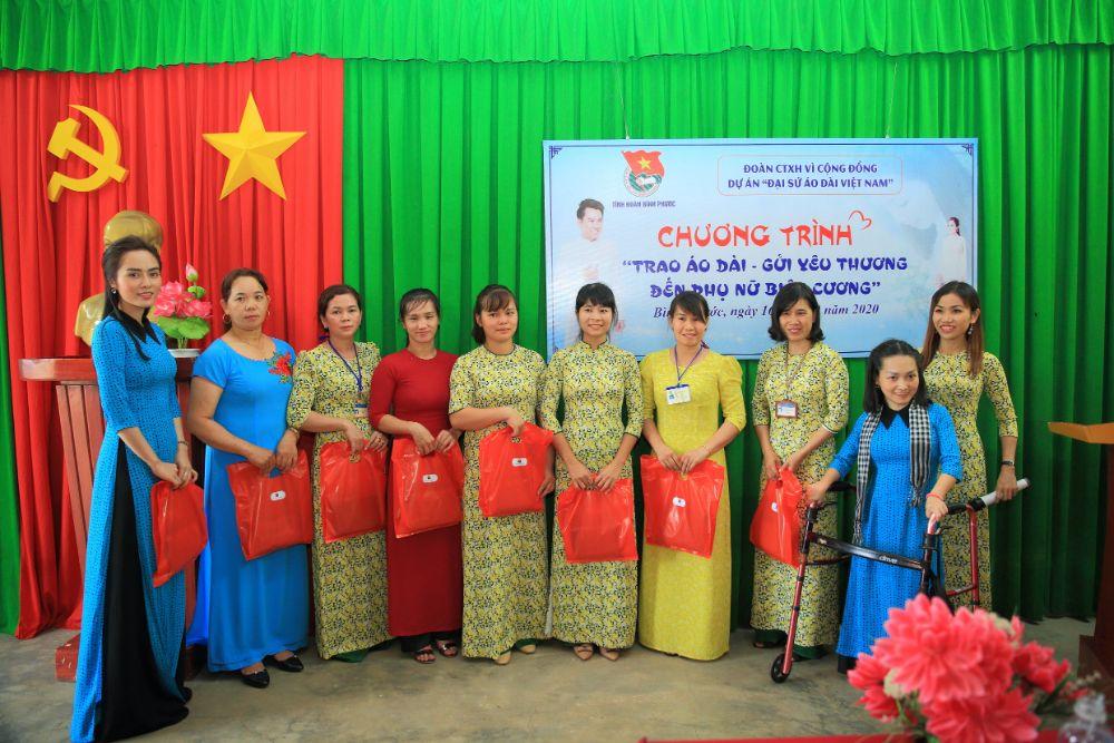 20 2 NTK Việt Hùng cùng các nghệ sỹ tặng áo dài cho các cô giáo vùng biên Bình Phước