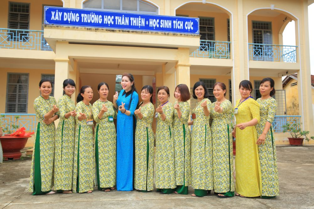 21 3 NTK Việt Hùng cùng các nghệ sỹ tặng áo dài cho các cô giáo vùng biên Bình Phước
