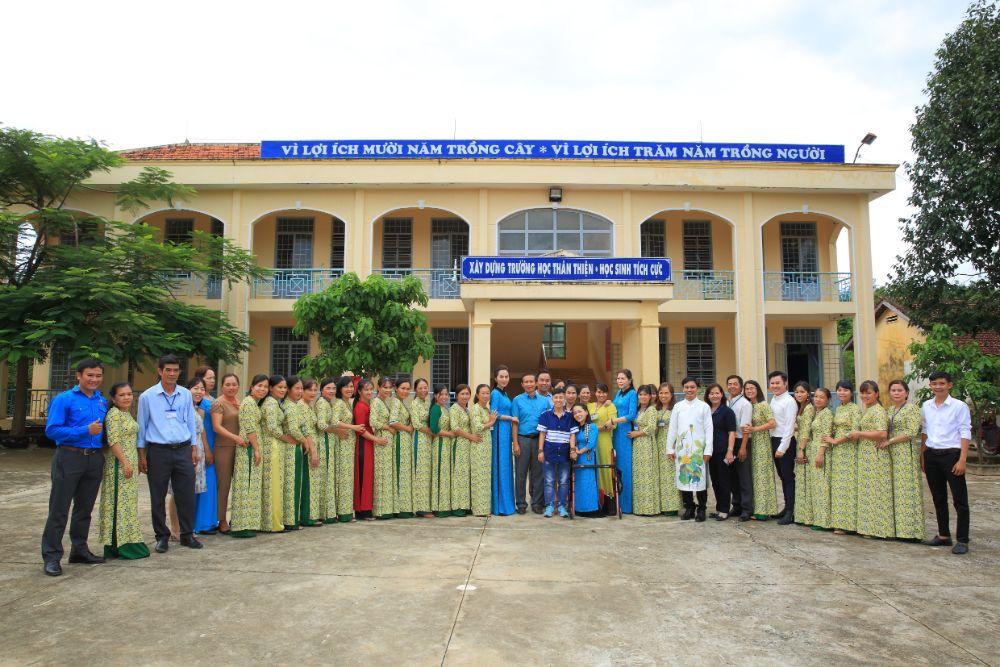 22 NTK Việt Hùng cùng các nghệ sỹ tặng áo dài cho các cô giáo vùng biên Bình Phước