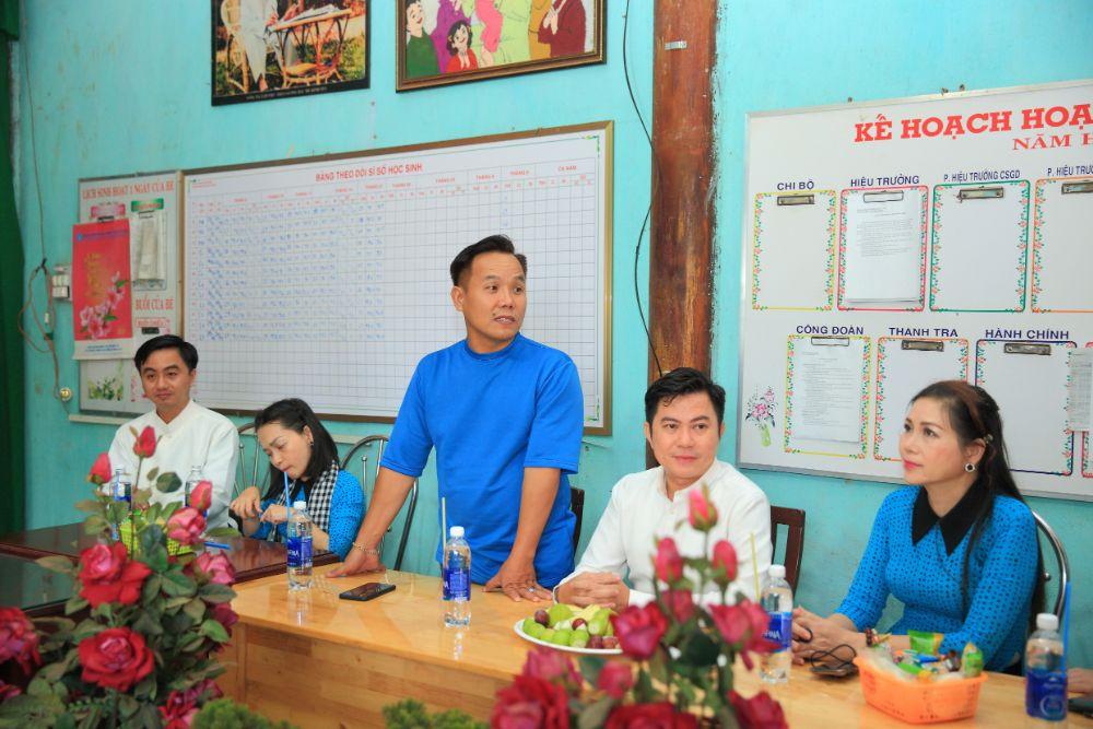 23 NTK Việt Hùng cùng các nghệ sỹ tặng áo dài cho các cô giáo vùng biên Bình Phước