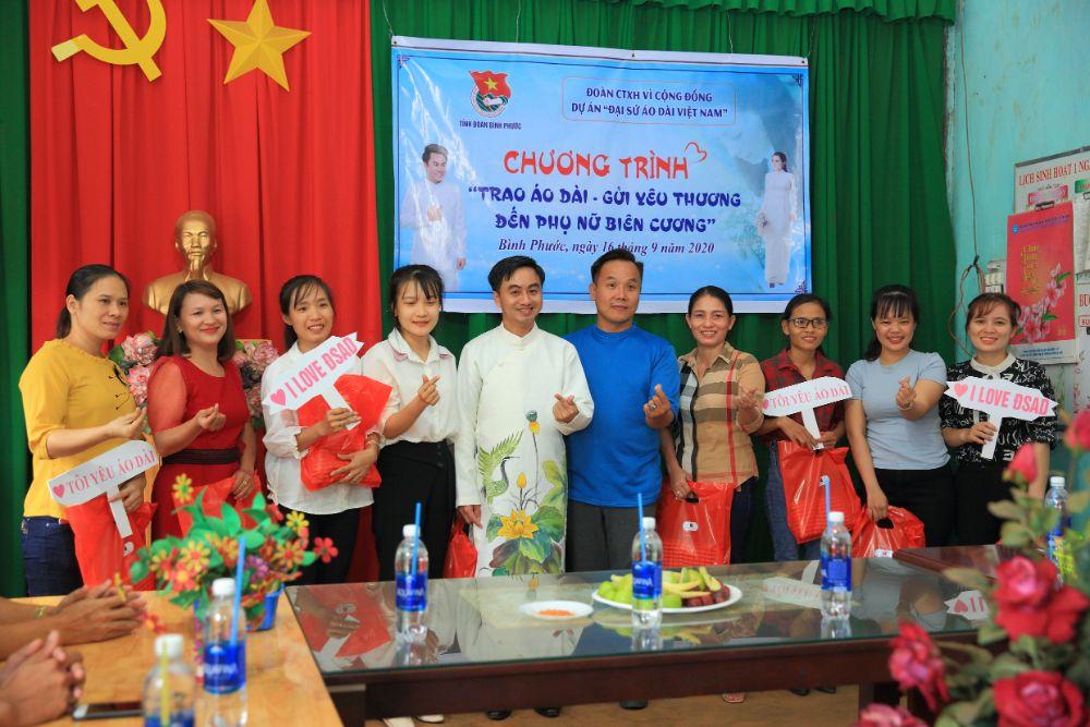24 NTK Việt Hùng cùng các nghệ sỹ tặng áo dài cho các cô giáo vùng biên Bình Phước