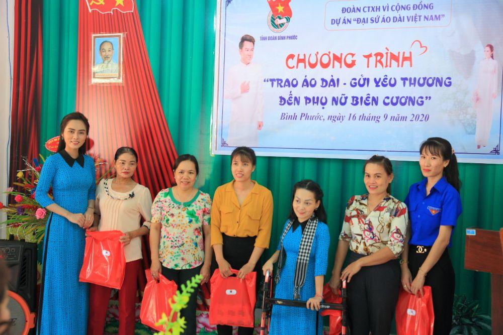 4 8 NTK Việt Hùng cùng các nghệ sỹ tặng áo dài cho các cô giáo vùng biên Bình Phước