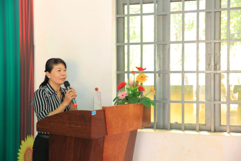 5 8 NTK Việt Hùng cùng các nghệ sỹ tặng áo dài cho các cô giáo vùng biên Bình Phước