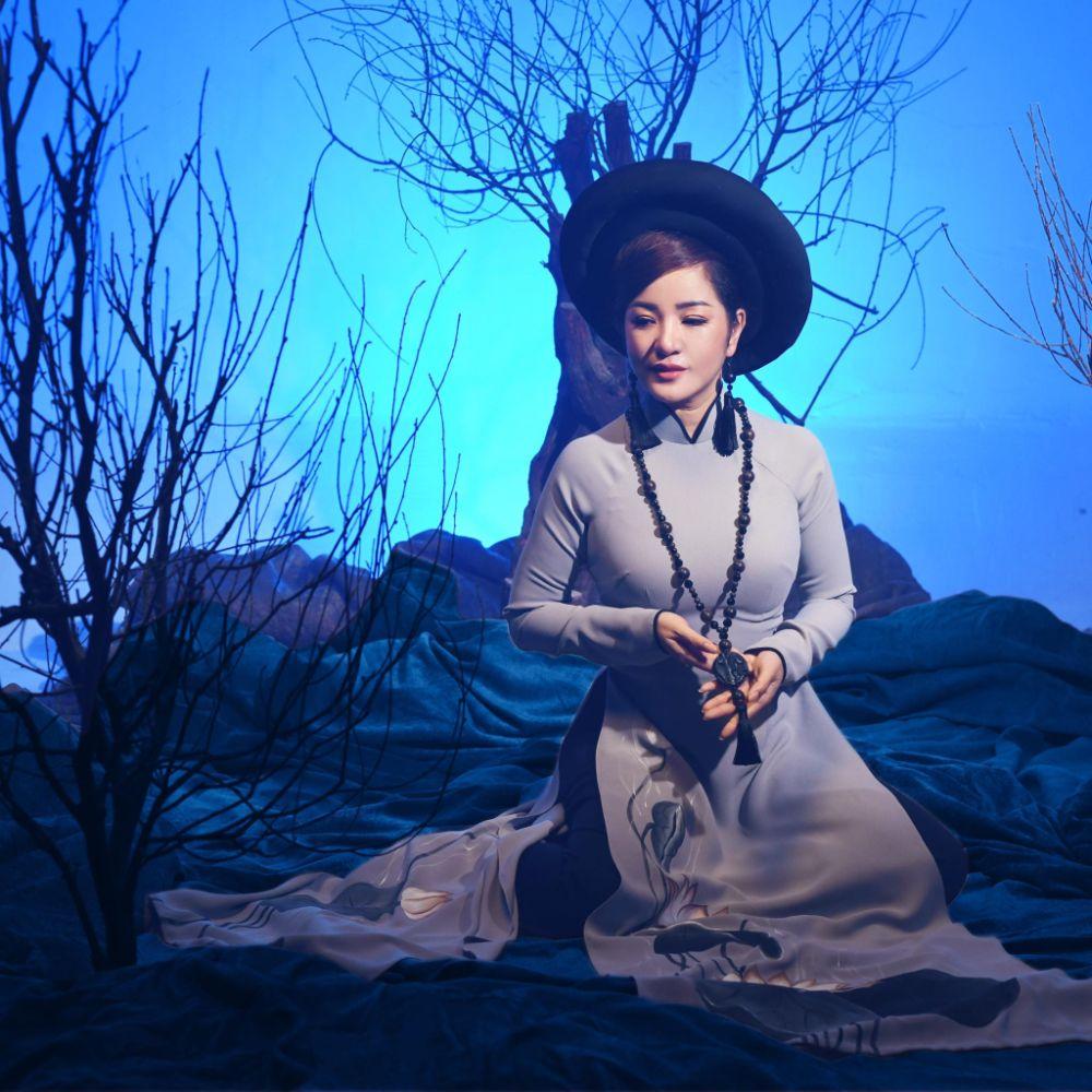 7 3 Nghệ sỹ Thúy Nga diện Áo dài Việt Hùng bình yên mùa Vu lan