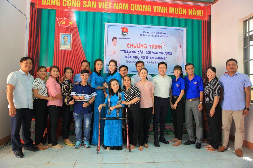 7 5 NTK Việt Hùng cùng các nghệ sỹ tặng áo dài cho các cô giáo vùng biên Bình Phước