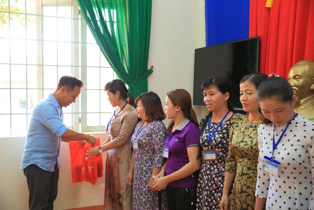 8 5 NTK Việt Hùng cùng các nghệ sỹ tặng áo dài cho các cô giáo vùng biên Bình Phước