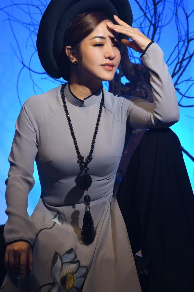 9 2 Nghệ sỹ Thúy Nga diện Áo dài Việt Hùng bình yên mùa Vu lan