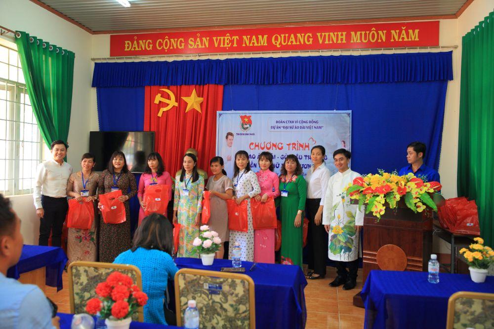 9 6 NTK Việt Hùng cùng các nghệ sỹ tặng áo dài cho các cô giáo vùng biên Bình Phước