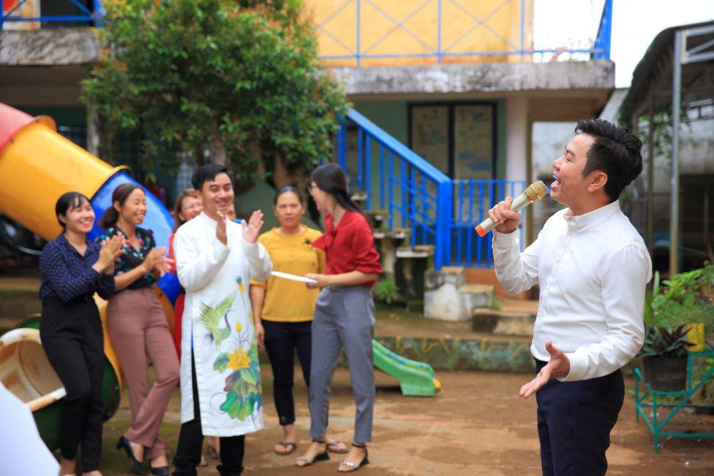 IMG 7683DL Duy Studio  NTK Việt Hùng cùng các nghệ sỹ tặng áo dài cho các cô giáo vùng biên Bình Phước