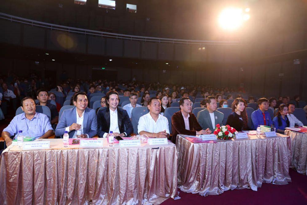 """NTK Việt Hùng mang BST Đại sứ Áo dài VN lên sân chơi """"Nét đẹp thanh niên Nha Trang 2020"""""""