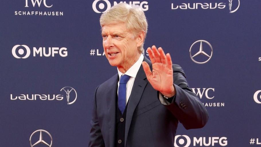 FIFA xem xét áp dụng luật đá biên vào sân 11 người do Giáo sư Arsene Wenger đề xuất